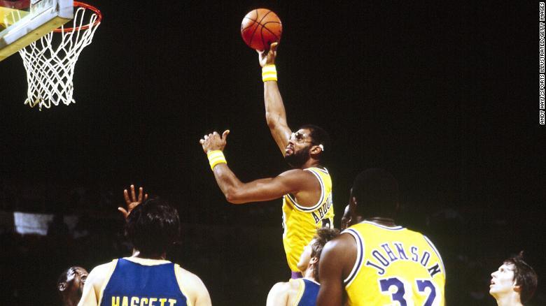 AbdulJabbar beraksi melawan Golden State Warriors pada tahun 1982