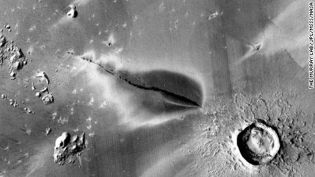 تُظهر هذه الصورة ترسبًا بركانيًا متفجرًا حديثًا حول شق في نظام Cerberus Fossae على المريخ.