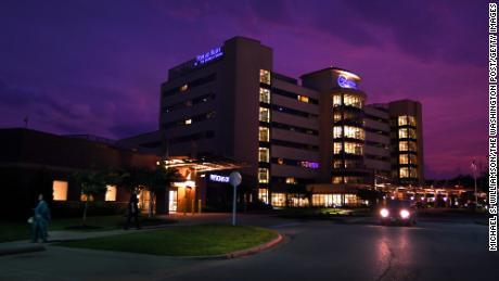 '  이 비용을 지불 할 방법이 없습니다. & # 39;  미국에서 가장 큰 병원 체인 중 하나가 대유행 기간 동안 수천 명의 환자를 고소했습니다.