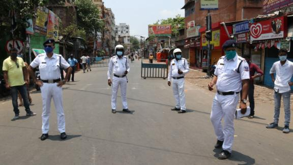 Indian Police at the Naka Cheking Point after West Bengal government announced a 15-day lockdown to curb the spread of the Covid-19 coronavirus, in Kolkata on May 16, 2021.  (Photo by Debajyoti Chakraborty/NurPhoto via Getty Images)