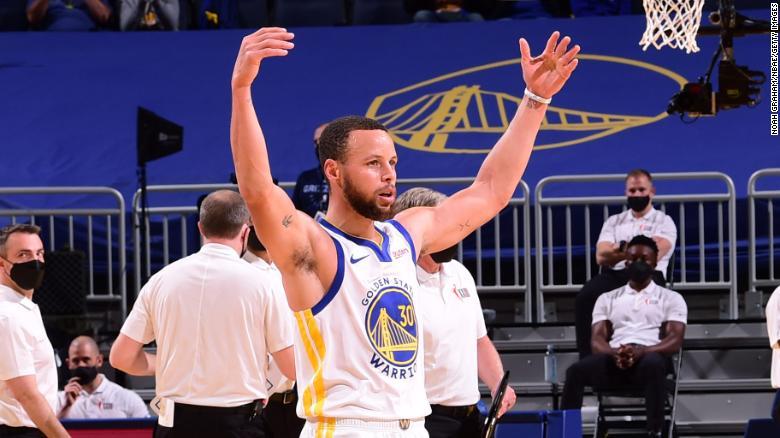 Stephen Curry merayakannya selama pertandingan melawan Memphis Grizzlies pada hari Minggu