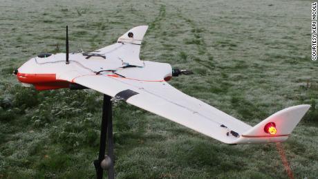 تحمل الطائرة بدون طيار أجهزة استشعار وبواعث شحن.