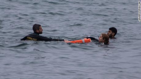 Un officier de la garde civile sauve les gens de l'eau.