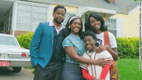 Dulé Hill, Saycon Sengbloh, Laura Kariuki et Elisha Williams dans la nouvelle version d'ABC de `` The Wonder Years '' (ABC / Erika Doss)