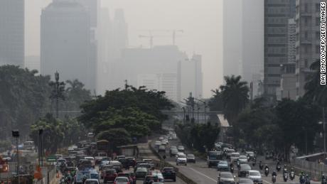 2018 年 2 月 23 日,雅加达市中心的建筑物笼罩在浓雾中,该地区周围农村县的火灾加剧了这种情况。