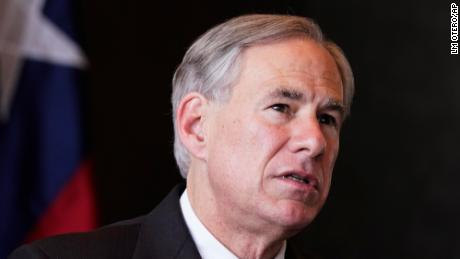 德克萨斯州州长禁止公立学校订购口罩。 这是父母的想法