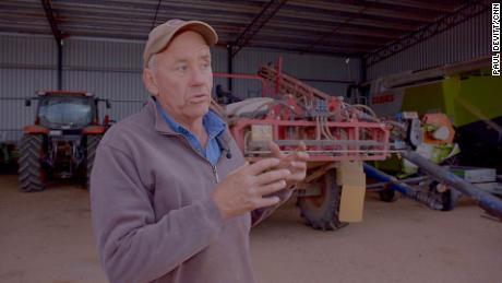 Ο αγρότης της Νέας Νότιας Ουαλίας Michael Payten αναφέρεται στο υπόστεγο τρακτέρ του ως & quot;  Rat Hotel & quot;  Επειδή τα τρωκτικά το εισέβαλαν.