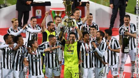 Gianluigi Buffon alza la sua sesta Coppa Italia... 22 anni dopo la sua prima vittoria.