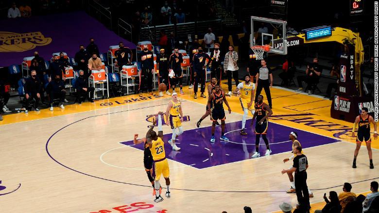 LeBron James mencetak gol kemenangannya di Staples Center