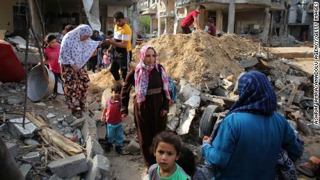 パレスチナ人は、金曜日に行こうベットハノンイスラエル空襲で破壊された家に帰ってきました。