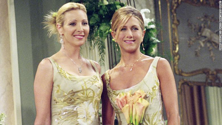 Lisa Kudrow sebagai Phoebe Buffay dan Jennifer Aniston sebagai Rachel Green dalam &  39; The One With Monica and Chandler &  39; s Wedding, &  39;  siaran pertama pada tahun 2001