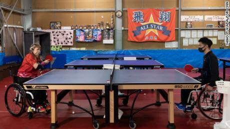 Besshoは日本兵庫県のオールスター卓球でコーチ木原ショットキーと一緒に練習をします。