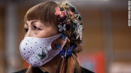 """バタフライクリップがBesshoの髪を飾る。 彼女は"""" 蝶の女性""""として知られています。"""