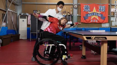 Besshoは脊椎指圧師であるHiroki Okuhiraとストレッチをします。