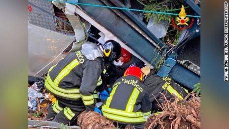 Les sauveteurs travaillent sur le site de l'accident.