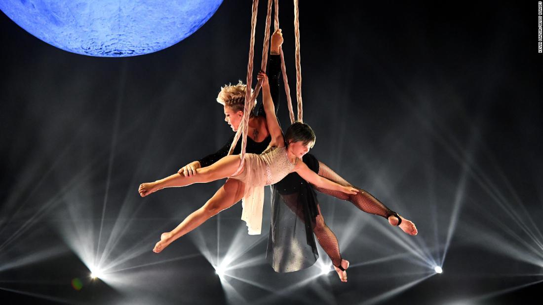 Pink and daughter Willow stun at Billboard Music Awards – CNN