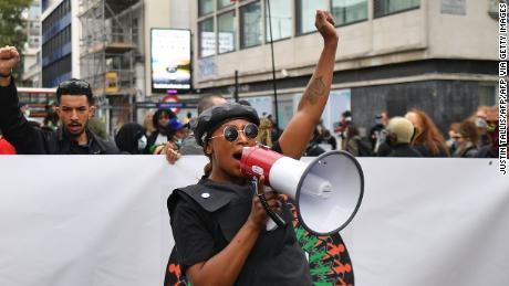 英国激进主义者布莱克·莱斯特(Black Lives Matter)萨莎·约翰逊(Sasha Johnson)于2020年8月30日在伦敦举行的首届百万人民游行中游行示威。
