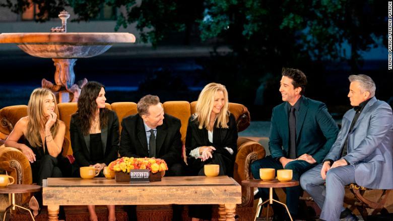 Para pemain berkumpul di tempat yang tidak asing lagi untuk &  39; Friends The Reunion &  39;  Terence Patrick