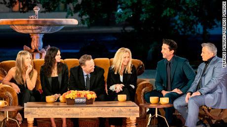 Le casting se rassemble dans un endroit familier pour `` Friends: The Reunion '' (Terence Patrick).