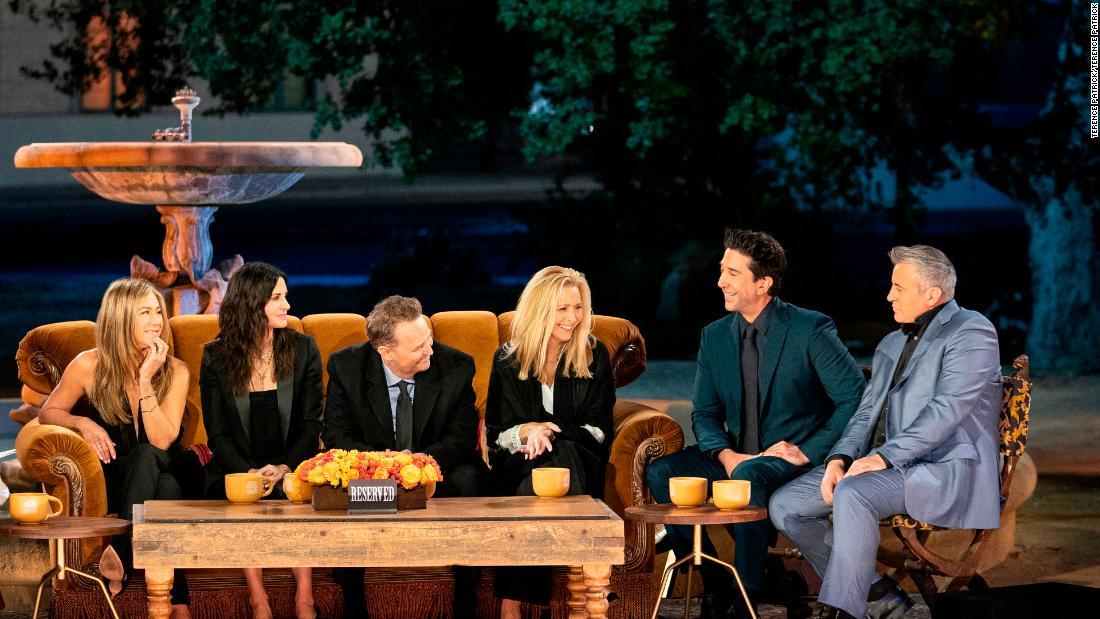 """La réunion des """" Friends """" a toutes les sensations (cue le thème de la guitare)"""