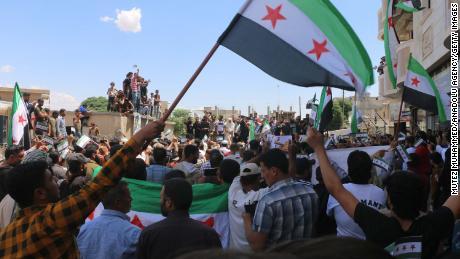 Un groupe de manifestants protestent contre les élections à Jarablus, en Syrie, le 24 mai.