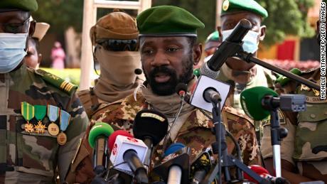 Den afrikanske union suspenderer Mali etter et skifte av militærregimet og truer sanksjoner