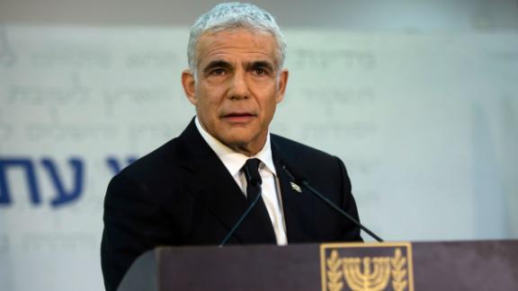 Der Vorsitzende der Yesh Atid-Partei, Yair Lapid, spricht auf einer Pressekonferenz am 6. Mai in Tel Aviv, Israel.