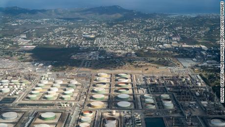Une île des Caraïbes parie son avenir sur la pétrochimie. Puis le pétrole a plu sur les maisons.