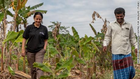 Krithi Karanth, à gauche, aide les communautés rurales à obtenir une indemnisation pour les dommages causés par la faune.