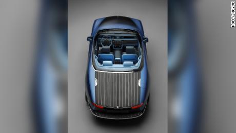 Le pont arrière de la Rolls-Royce Boat Tail est recouvert d'un placage de bois coûteux pour imiter ceux des premiers modèles de bateaux à voile.
