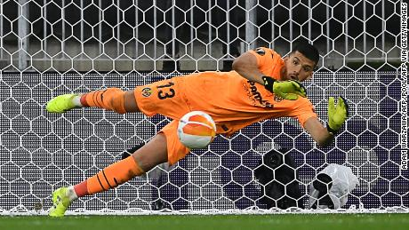 Rulli saves de Gea's penalty -- the 22nd of the shootout.