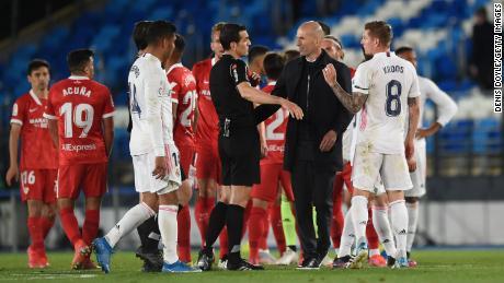 Zidane gaat in gesprek met scheidsrechter Juan Martinez Monoeira na de La Liga-wedstrijd tussen Real Madrid en Sevilla.