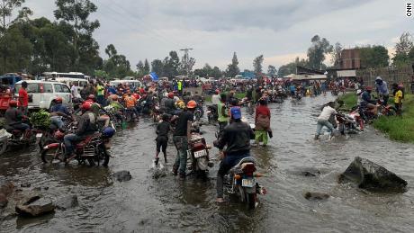 震えと地震が続き、人々は、この地域を引き出しています。