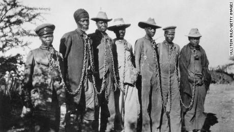 Немецкие войска убили до 80 000 гереро и нама на территории нынешней Намибии между 1904 и 1908 годами в ответ на антиколониальное восстание.