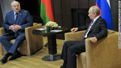 Le président russe Vladimir Poutine rencontre son homologue biélorusse Alexandre Loukachenko à Sotchi, en Russie, le vendredi 28 mai.