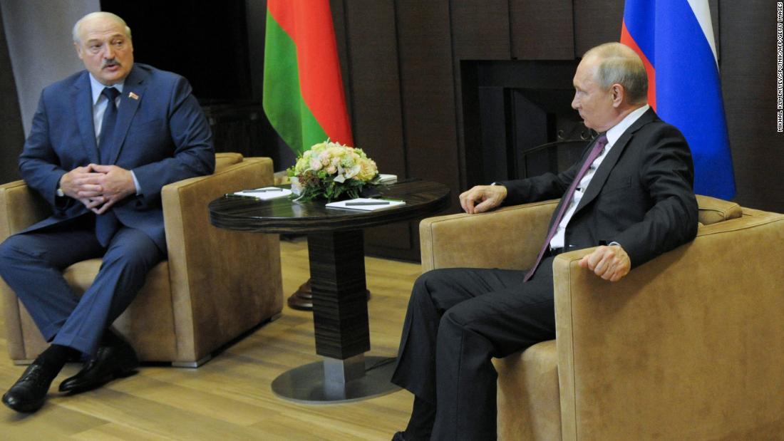 """Loukachenko dit que des documents sur le vol de Ryanair révéleront """" ce qui se passe """" alors que Poutine souligne son soutien à la Biélorussie"""