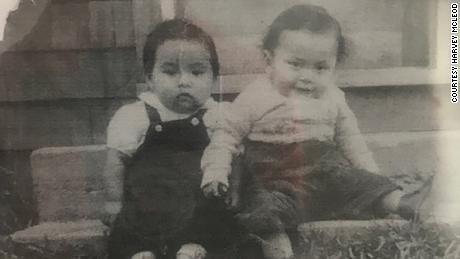 Foto de la infancia de Harvey McLeod, izquierda.