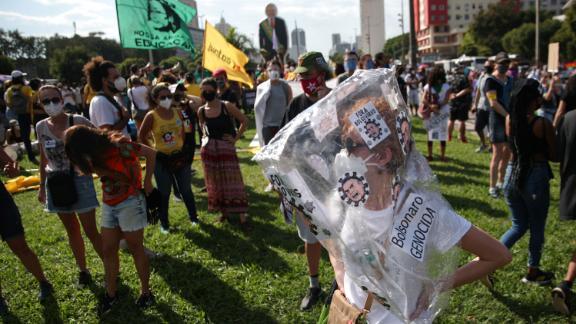 デモがBolsonaroが大量虐殺を非難する標識を書いています。