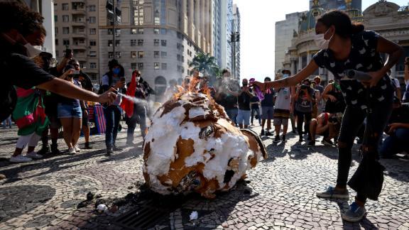 デモ隊は、リオデジャネイロのボウソナーでモデルに火をあげました。
