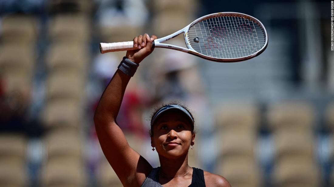 Naomi Osaka débute la campagne de Roland-Garros avec une victoire en deux sets