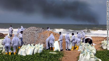 Le 28 mai, le personnel de la marine sri-lankaise évacue les déchets échoués du cargo MV X-Press Pearl sur les plages de Wattala à Negombo, dans la banlieue de Colombo.