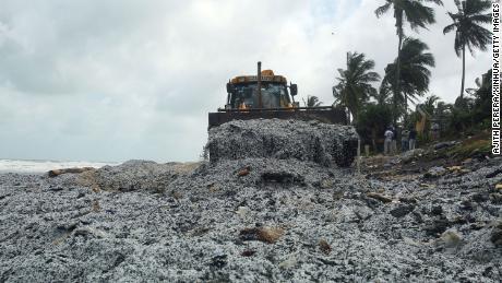 Un engin de terrassement enlève les débris du navire X-Press Pearl, sur une plage de Pamunugama à Negombo, Sri Lanka, le 28 mai.