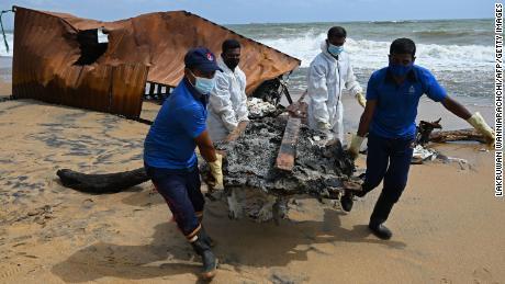 Des membres de la marine sri-lankaise enlèvent les débris échoués sur le porte-conteneurs MV X-Press Pearl, immatriculé à Singapour.