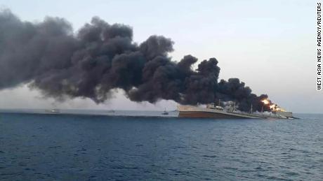 Dūmai kyla iš nukentėjusio jūrų laivo & # 39;  Charkas & # 39;  Prie Irano uosto Jasko.