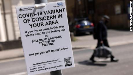 Un semn care îi îndreaptă pe oameni către un centru de vaccinare din vestul Londrei.  London Borough of Hounslow este unul dintre locurile din Marea Britanie care se confruntă cu o creștere a cazurilor Covid-19, în mare parte datorită variantei identificate pentru prima dată în India.