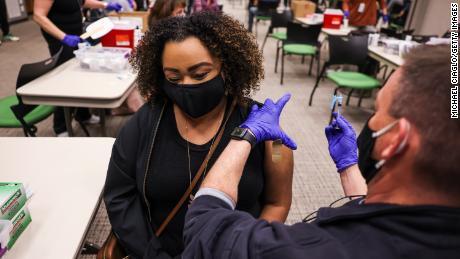 Латиах Халеи прима дозу Јохнсон & амп;  Џонсонова вакцина на догађају који је ватрогасци организовали у Торнтону у Колораду 6. марта 2021.