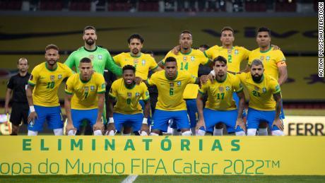 Jogadores brasileiros posam para uma foto oficial antes das eliminatórias da Copa do Mundo de 2022 contra o Equador.