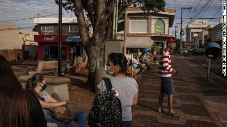 Quarta-feira, 26 de maio de 2021 Pessoas se reúnem em um parque em Serena, Brasil.
