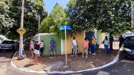 Aqueles em Serena estão esperando para serem vacinados em 25 de fevereiro.