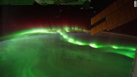 Aurora borealis terlihat dari Stasiun Luar Angkasa Internasional.
